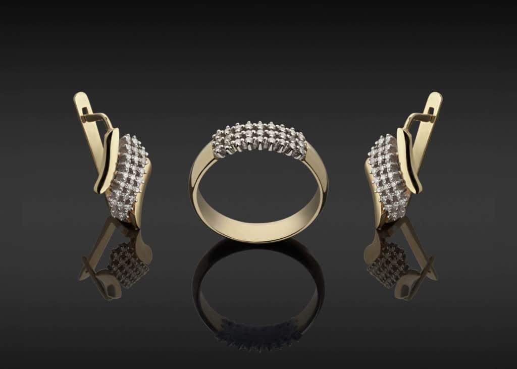 Foto mit Goldring und Gold Ohrringe-Schmuck Juwelier Gold & Diamonds