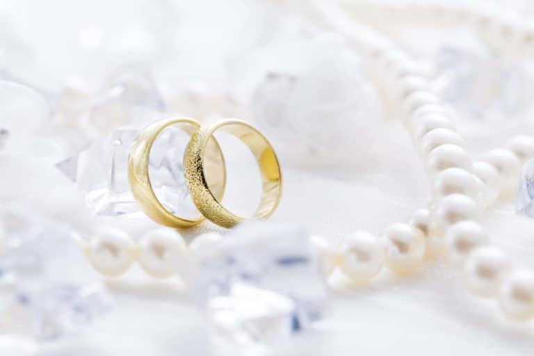 Zwei Goldringe mit schönen Hintergrund