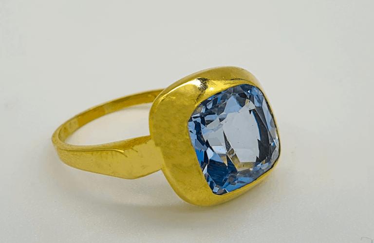 Goldring mit hellblauen Brillanten