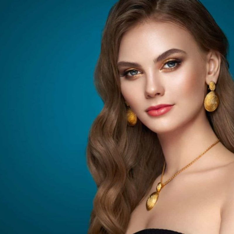Model mit Gold Ohrringen