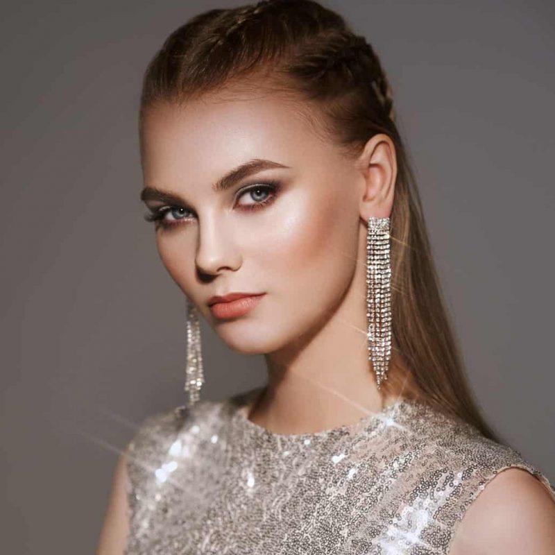 Portrait von einen Model mit Diamanten Ohrringe- Schmuck Juwelier Gold & Diamonds