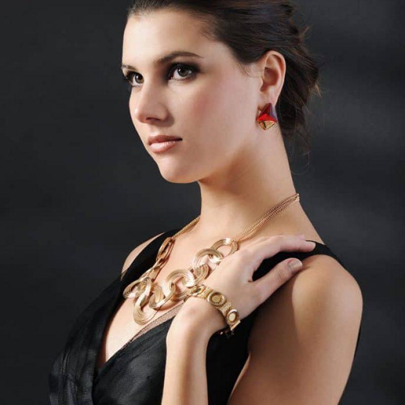 Foto von einem Model mit einen Gold Armband